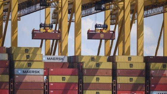 As exportações para membros da zona euro caíram 36,7% em termos homólogos para 26.400 milhões de euros, enquanto nos restantes países da União Europeia caíram 29,9% para 11.800 milhões de euros
