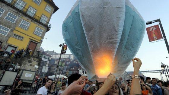 A noite de São João celebra-se de 23 para 24 de junho e são milhares as pessoas que costumam sair à rua para festejar