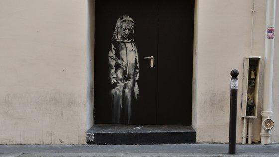 A pintura em causa foi realizada numa porta de saída de emergência da sala de espetáculos Le Bataclan