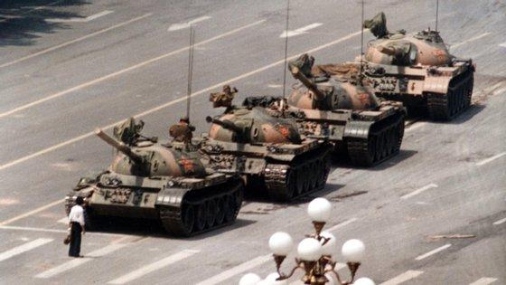 A 5 de junho, um dia depois do massacre na Praça de Tiananmen, um homem pôs-se em protesto em frente a tanques no mesmo local