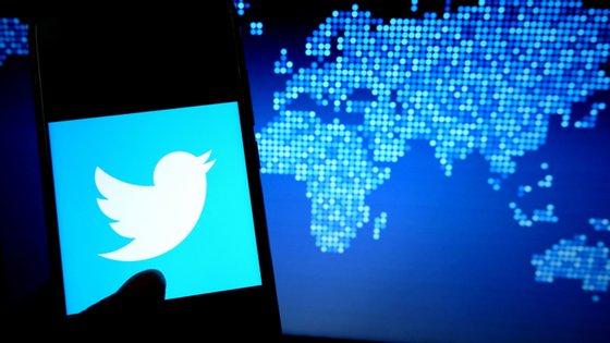 O Twitter foi lançado em 2006 e é um dos concorrentes de outros conceitos de redes sociais como o Facebook, Instagram ou o Reddit