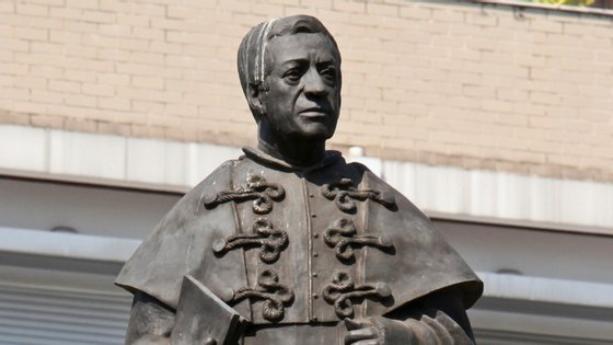 A estátua celebra a figura de Eduardo Melo Peixoto, antigo sacerdote de Braga e ativista anti-comunista