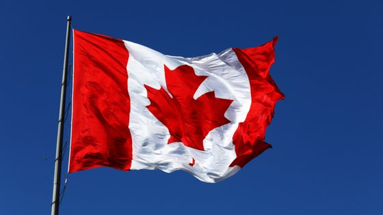 O monumento de Corte-Real está localizado em frente ao Confederation Building, o parlamento provincial de Terra Nova e Labrador