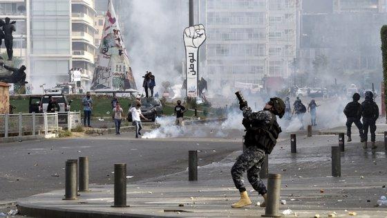 """""""Geralmente, as forças de segurança levam-nos a acreditar que o gás lacrimogéneo é uma maneira 'segura' de dispersar multidões violentas, evitando o recurso a armas mais perigosas"""", indica a organização"""