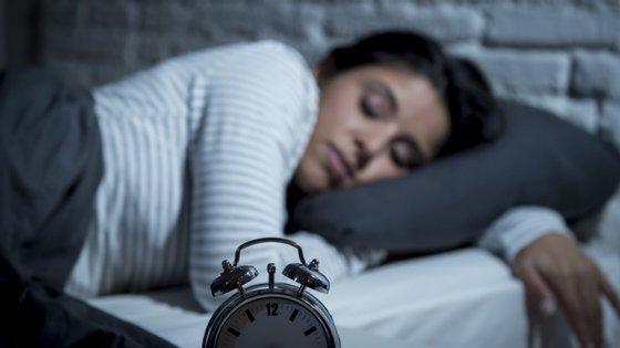Estar fechado em casa diminuiu as diferenças entre o sono durante a semana e o sono do fim de semana