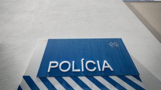 """""""Os agentes da PSP foram chamados para verificar um acidente com danos para o património público"""", tendo sido recebidos de """"forma hostil"""" por um grupo de cerca de 30 cidadãos, explicou a força policial"""