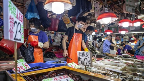 China proibiu consumo de animais selvagens por causa do novo coronavírus que surgiu num mercado de Wuhan onde se comercializam estes animais.