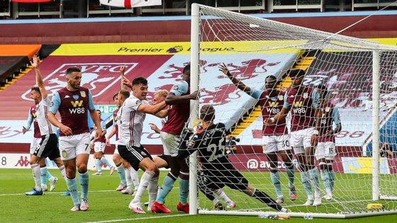 Nyland caiu para dentro da baliza (sem falta) após um livre lateral do Sheffield United mas golo não foi validado por Michael Oliver