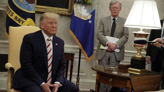 """O livro do ex-conselheiro de segurança nacional, John Bolton, há alguns meses que prometia revelar o """"caos na Administração Trump""""."""