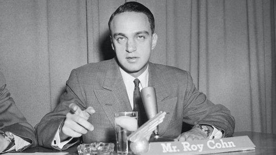 Cohn saltou para a ribalta como conselheiro do infame senador McCarthy, e foi no contexto da grande caça às bruxas da época que processou Julius e Ethel Rosenberg e pressionou testemunhas a sustentarem a acusação