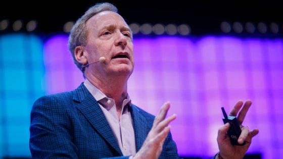 Brad Smith, há 27 anos a trabalhar na Microsoft, lidera mais de 1300 consultores jurídicos em 55 países. Desde 2015 é uma das principais caras da empresa, acumulando os títulos de presidente e diretor de assuntos jurídicos
