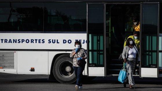 A Área Metropolitana de Lisboa relembra que se mantém obrigatório o uso de máscara para viajar de transportes públicos