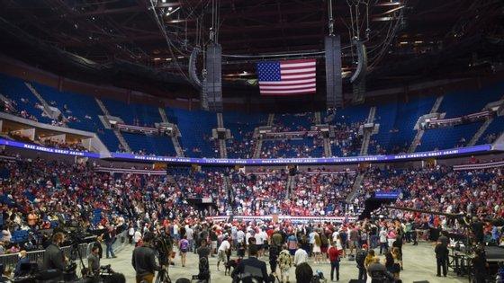 Comício decorreu num estádio com capacidade para 19 mil pessoas. Algumas bancadas estavam vazias