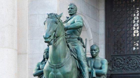 A estátua de bronze, que se encontra numa das entradas daquele museu desde 1940, representa Roosevelt a cavalo, com um índio e um africano do seu lado