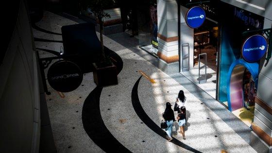 """""""Das 8.600 lojas que integram os centros comerciais associados da APCC, 8.483 estão em funcionamento"""", divulgou a Associação Portuguesa de Centros Comerciais"""