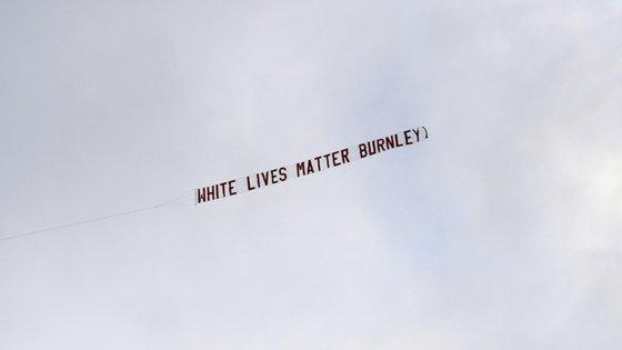 A aeronave que transportou a tarja sobrevoou o estádio do Burnley pouco depois do apito inicial