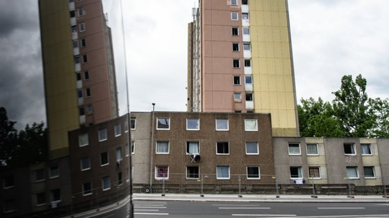 Os edifícios em quarentena são rodeados por cercas de metal, como no caso de Göttingen