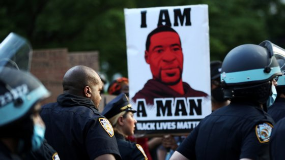 George Floyd, um afro-americano de 46 anos, morreu a 25 de maio, em Minneapolis (Minnesota), depois de um polícia branco lhe ter pressionado o pescoço com um joelho durante cerca de oito minutos