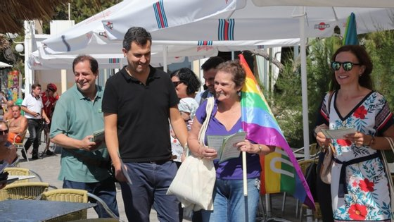 André Silva (2E) e João Freitas (E), cabeça de lista pelo PAN na Madeira durante uma ação de campanha para as eleições regionais na região autónoma