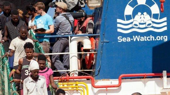 Nos últimos dias, o navio da organização não-governamental (ONG) Sea Watch resgatou cerca de 200 migrantes no Mediterrâneo, que foram transferidos para bordo de um navio italiano