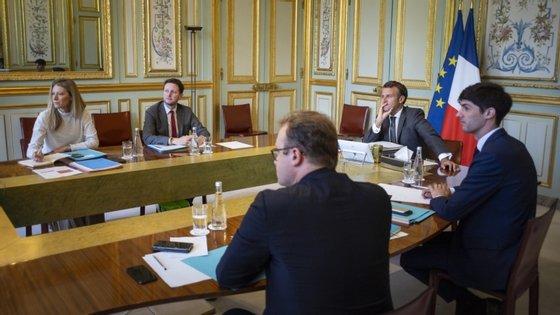 """Emmanuel Macron será recebido por Angela Markel no castelo de Meseberg para """"uma conversa, seguida de uma conferência de imprensa e de um jantar de trabalho"""""""