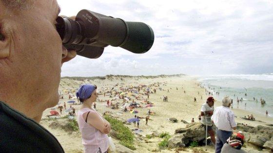 A praia do Pedrógão tem já hasteada a bandeira vermelha, que impede os banhos no mar