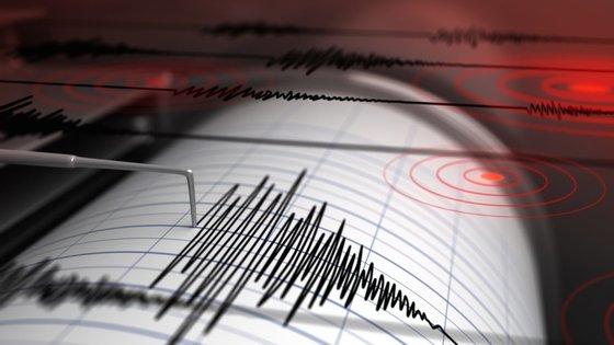 O sismo também se fez sentir com intensidade na capital japonesa, Tóquio