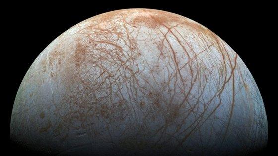 A lua Europa orbita Júpiter, o maior planeta do Sistema Solar, a cerca de 780 milhões de quilómetros de distância do Sol