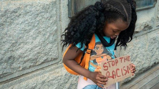 """Segundo vários ativistas e professores, usar uma máscara poderia fazer com que as """"pessoas de cor"""" fossem automaticamente considerados criminosos pelo resto da população"""