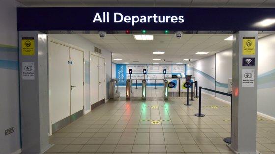 """O governo britânico está a avaliar a criação de """"corredores de viagem"""" com uma série de destinos para que os britânicos possam ir de férias sem precisar de cumprir a quarentena"""