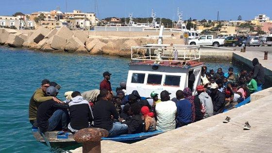 Após serem identificados e submetidos a um primeiro controlo sanitário, os migrantes serão transferidos para um centro de acolhimento local, segundo a agência italiana
