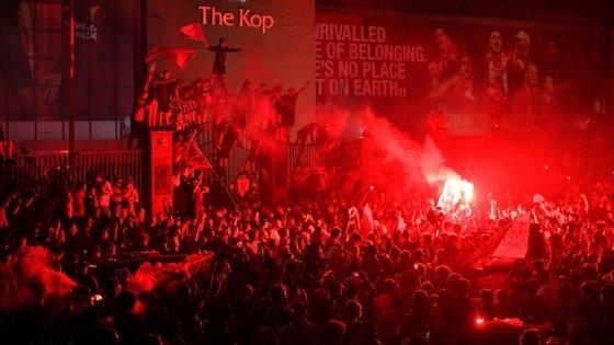 Distanciamento social e contexto de pandemia foram esquecidos por uma noite em Liverpool, com milhares de fãs em festa
