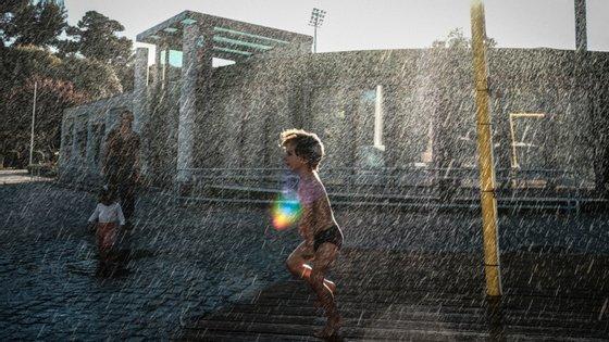 O IPMA aconselha a utilização de óculos de sol com filtro UV, chapéu, t-shirt, guarda-sol, protetor solar e evitar a exposição das crianças ao Sol.