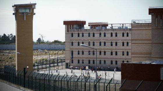 Direção Geral dos Serviços Prisionais garante que foram testados contactos próximos dos infetados na prisão e testaram negativo, mas falta testar reclusos.