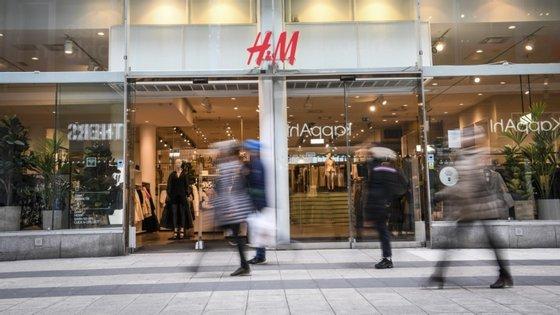 As vendas caíram 25% entre 1 e 24 de junho, em moedas locais, explicou a empresa sueca, que mantém 350 estabelecimentos fechados, cerca de 7% do total
