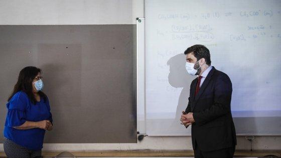 Marcelo Rebelo de Sousa e Tiago Brandão Rodrigues escolheram visitar a Escola Secundária Fontes Pereira de Melo, no Porto, para assinalar o fim do ano letivo