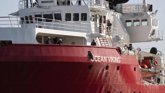 """O primeiro resgate envolveu um grupo de 51 pessoas. Na segunda operação, o """"Ocean Viking"""" salvou outros 67 migrantes"""