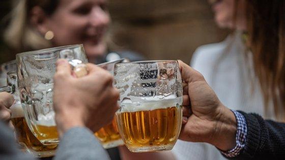 """""""Embora as variações anuais sejam ligeiras delineia-se uma tendência de incremento do consumo bingee da embriaguez severa entre 2015 e 2019 nos jovens de 18 anos"""", lê-se no relatório"""
