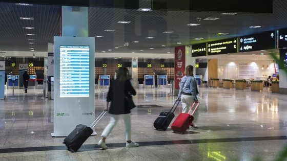 """Miguel Albuquerque referiu que as 12 horas são """"o tempo médio que os passageiros devem aguardar"""" pelo resultado do teste, se o fizer à chegada, admitindo mesmo que possa ser inferior"""