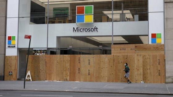 A tecnológica prevê reinventar os espaços que servem os clientes, incluindo a operação dos centros Microsoft Experience