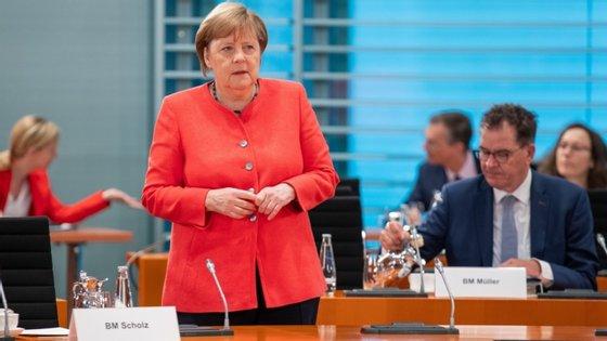 """""""A Alemanha tinha uma baixa taxa de endividamento e pode permitir-se, nesta situação extraordinária, assumir mais dívida"""", defendeu Merkel"""