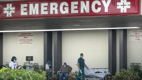 Os Estados Unidos são o país com mais mortos (124.415) e mais casos de infeção confirmados (mais de 2,42 milhões)