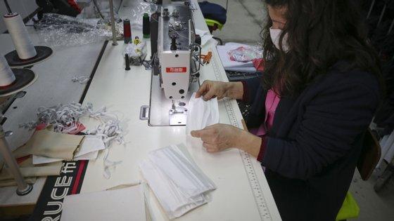 Em maio, o ministro da Economia, Pedro Siza Vieira, avançou que Portugal estava a produzir mais de um milhão de máscaras por dia