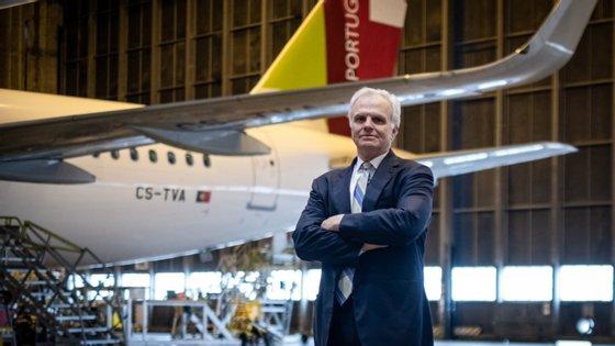 """A Comissão Europeia aprovou a 10 de junho um """"auxílio de emergência português"""" à companhia aérea TAP, um apoio estatal de 1.200 milhões de euros para responder às """"necessidades imediatas de liquidez"""" com condições predeterminadas para o seu reembolso."""