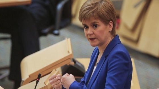 A chefe do governo escocês criticou a falta de diálogo por parte do executivo britânico no que se refere ao levantamento da quarentena a certos países