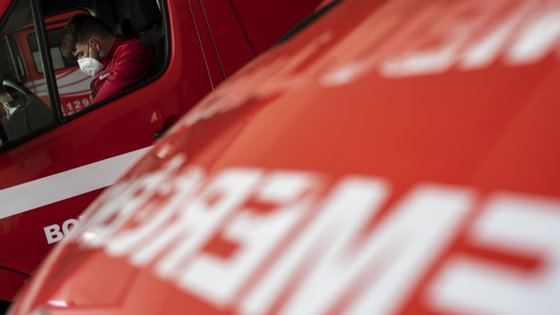 Esta segunda-feira foi conhecido um surto de Covid-19 nos bombeiros voluntários de Queluz, em que 13 bombeiros estão infetados