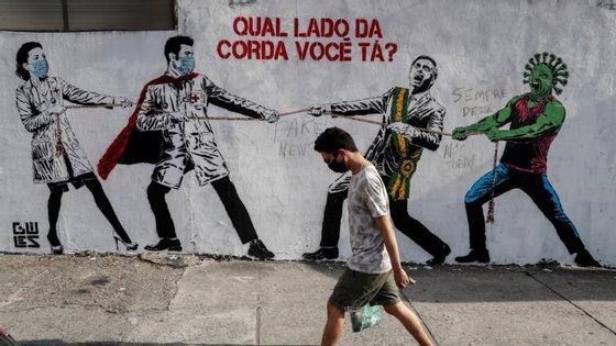 Em causa está um subsídio mensal, no valor de 600 reais (cerca de 98 euros), que foi anunciado em março pelo Ministério da Economia do Brasil