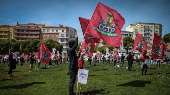 O aumento geral dos salários em 90 euros para todos os trabalhadores, a redução do horário de trabalho semanal em duas horas, a proibição e a garantia de emprego dos trabalhadores despedidos durante a crise pandémica são as principais medidas a favor dos trabalhadores.