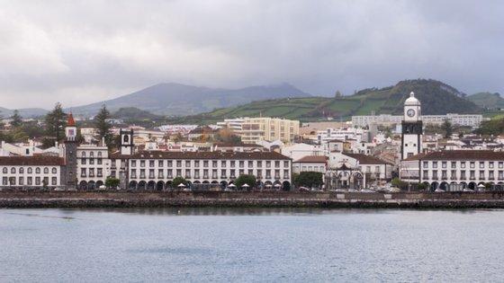Em causa está o processo movido pelo banco Santander, que acusa a Câmara Municipal de ter fugido ao pagamento do crédito, no valor de 7,5 milhões de euros, com a alienação de 51% do capital social da Azores Parque.