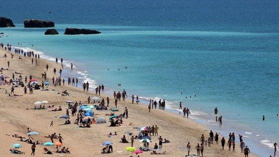 Há pelo menos três empresas no Norte a imporem férias durante lay off e com corte salarial